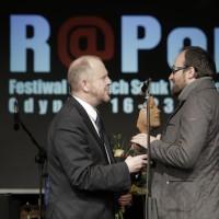 Prezydent Marek Stępa wręcza statuetkę Wiktorowi Rubinowi | fot. Bernie Kramer